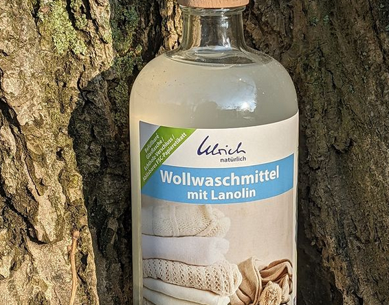 Ulrich Natürlich Wollwaschmittel in Glasflasche bei Allerlei Windeln (Bildquelle: Stefanie Reischel | https://www.instagram.com/p/COmjXA8rdOI/)