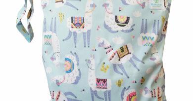 Neue Wetbags von Blümchen im Bärenkind-Shop (Bildquelle: Bärenkind | https://baerenkind.de/saugeinlagen-pflege-wickelzubehoer/wickelzubehoer/1092/wetbag-windelsack-nasstasche?c=99)