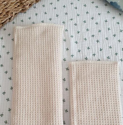 Wikkelkinner neue Prefold mit einer Seite Waffelgewege andere Seite Frottee, aus Bio-Baumwolle und mit extra Tasche für Booster (Bildquelle: Wikkelkinner | https://www.instagram.com/p/CR8GVjbIlHv/)
