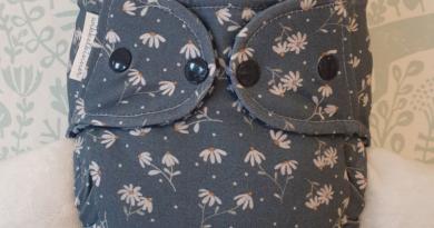 wikkelkinner - kuschelige Stoffwindeln und nachhaltige Kinderkleidung aus hochwertigen Materialien Wollwindel mit Gänseblümchenmuster. Bildquelle: Wikkelkinner | https://www.wikkelkinner.de/shop/woll%C3%BCberhosen/wollfleece/)